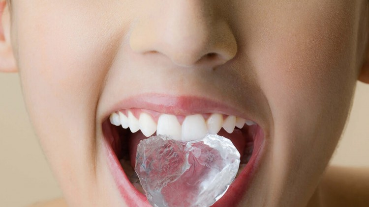 4 Razlogi zakaj grizenje ledu škoduje vašim zobem
